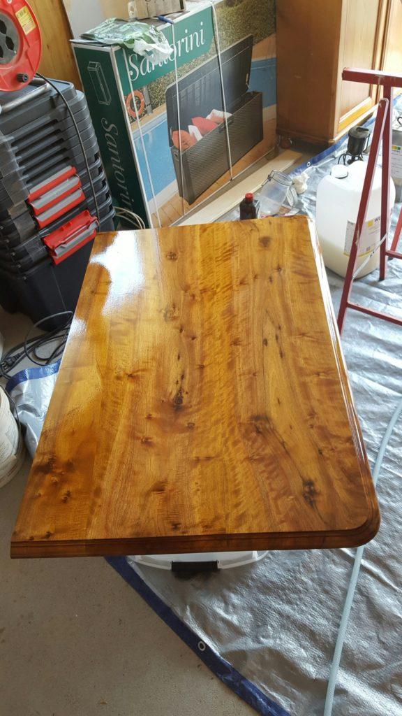 Vernissage d'un dessus de table avec du vernis resistant à l'eau et à l'alcool
