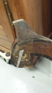 Pièces de bois décollées sur un meuble Charles X
